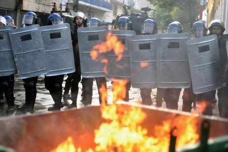 Manifestantes queman el Congreso de Paraguay tras aprobación de reelección presidencial